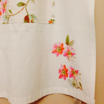 Le tablier avec la poche et appliqués fleuries